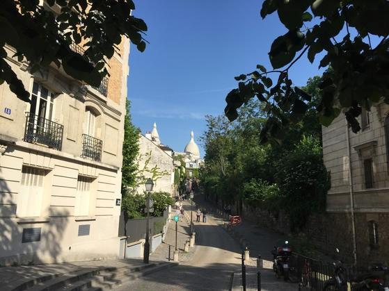 サクレ・クール寺院を望むモンマルトルの坂