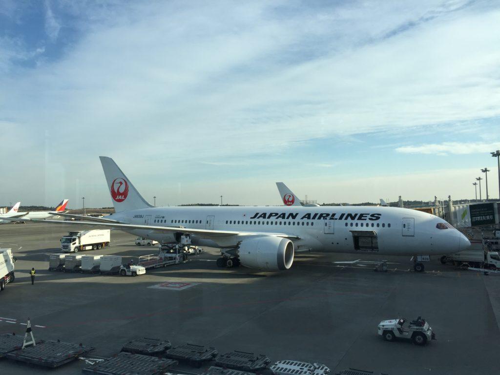 成田空港に駐機中のJAL