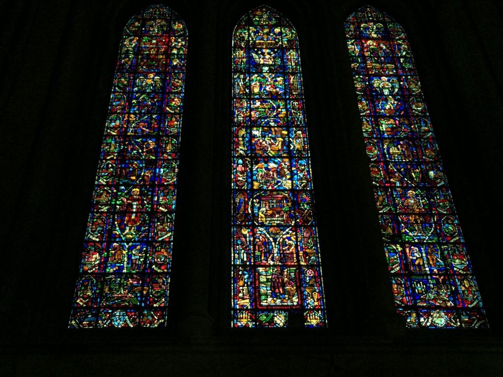 ランス大聖堂のワインづくりの様子を描いたステンドグラス