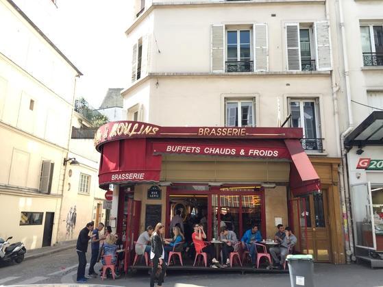 映画アメリで有名なモンマルトルのカフェ・デ・ドゥー・ムーラン