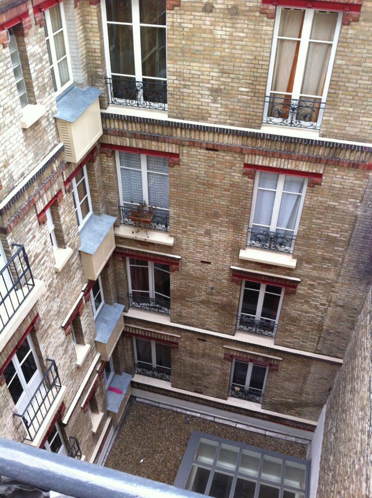 パリのアパルトマンの中庭
