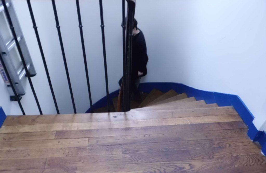 パリのアパルトマンの階段