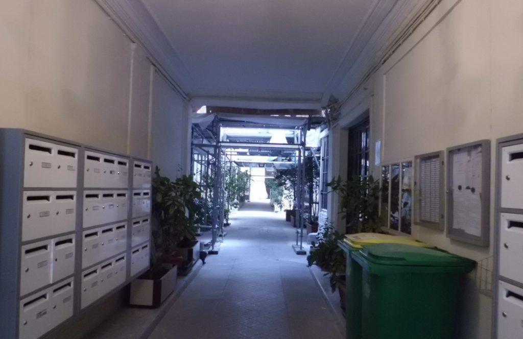 パリのアパルトマンの玄関