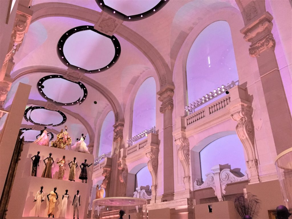 クリスチャン・ディオール展のボールルームの照明