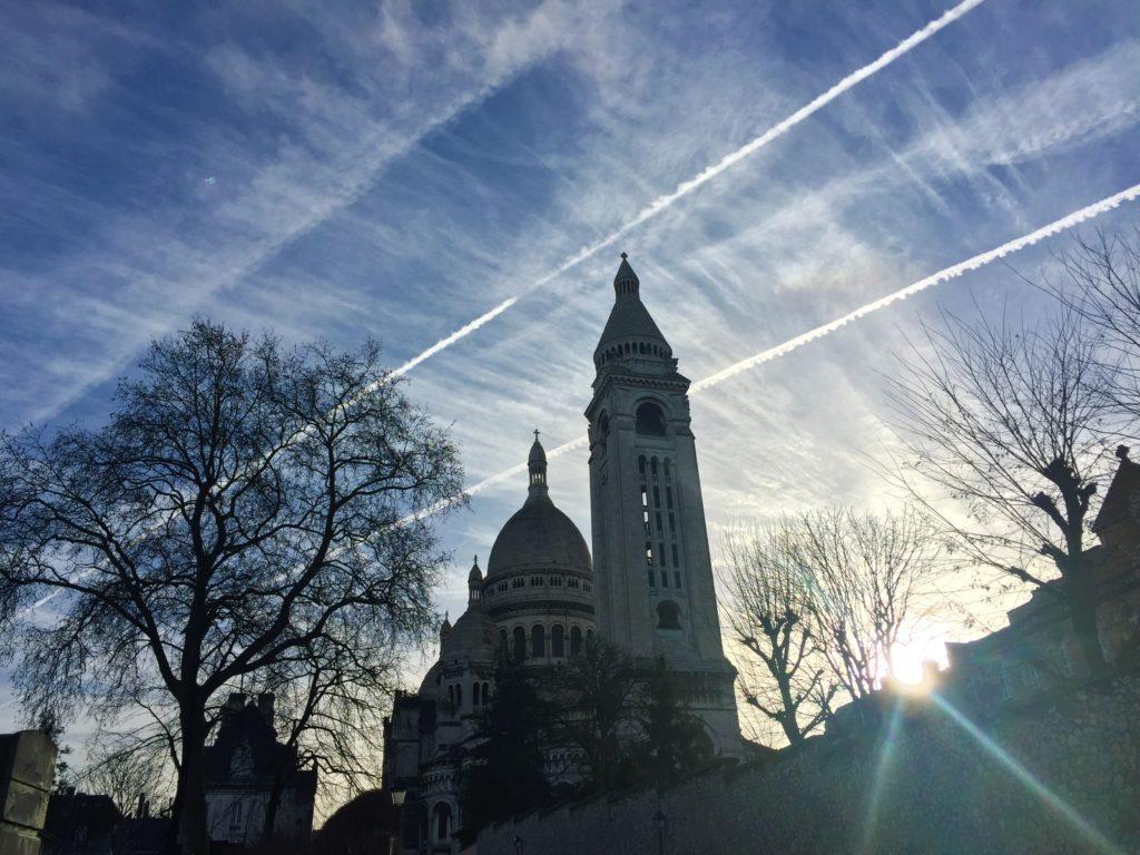 パリの年越し後のサクレクール寺院