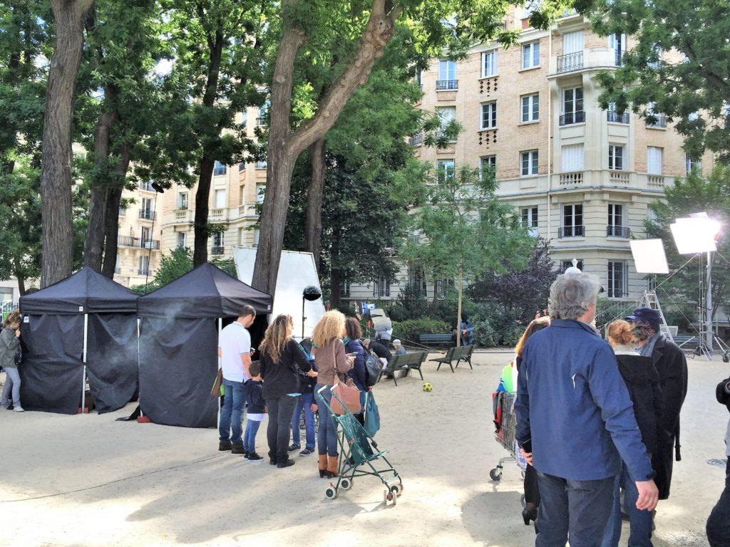 パリのアパルトマンの近くの公園での映画撮影