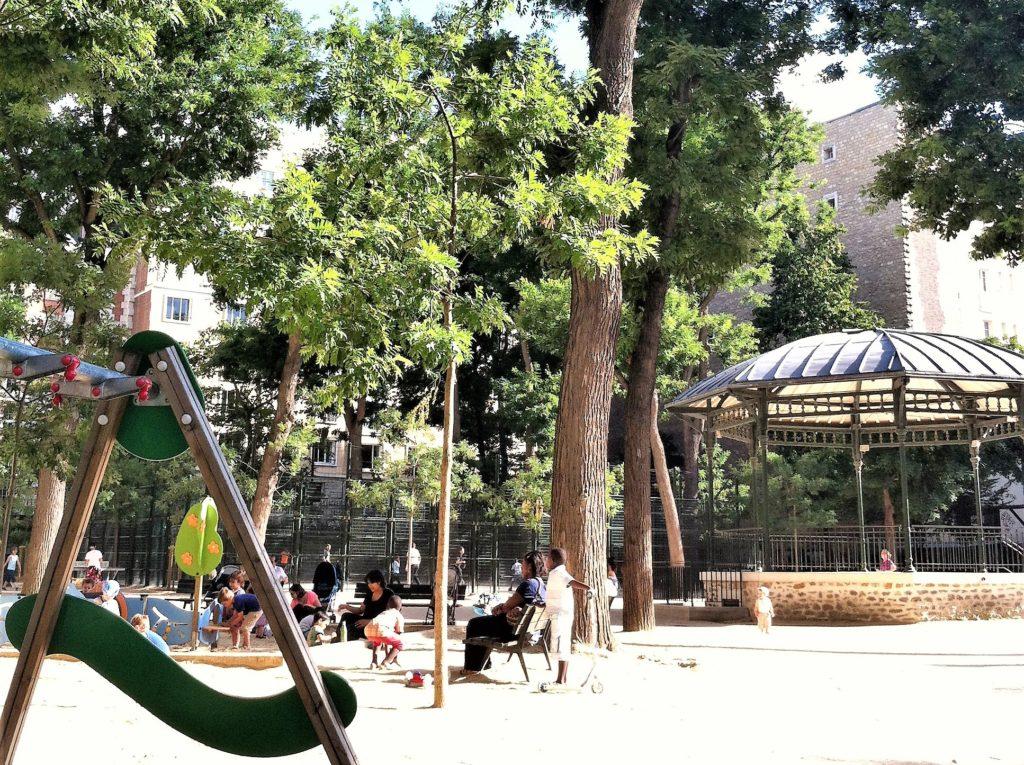 パリのアパルトマンの近くの公園の学校帰りの子供たち