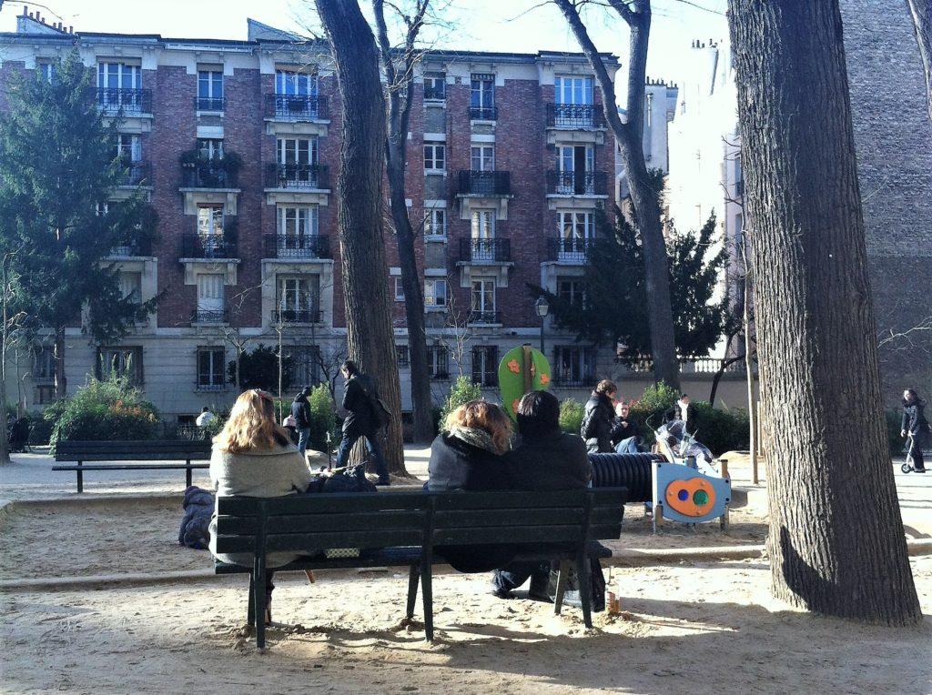 パリのアパルトマンの近くの公園の父母