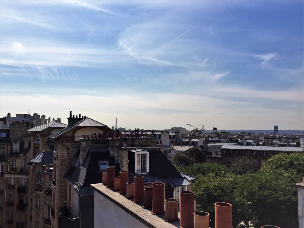 パリのアパルトマンの屋根の上から見たエッフェル塔