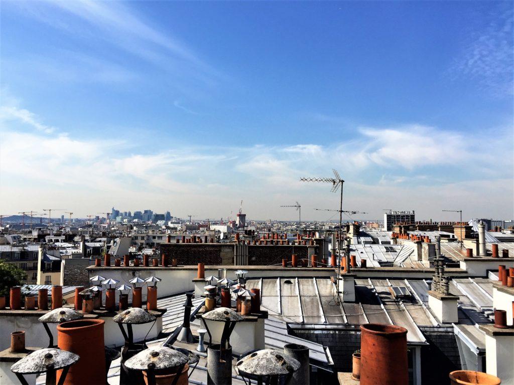 パリのアパルトマンの屋根の上から見たラ・ディファンス