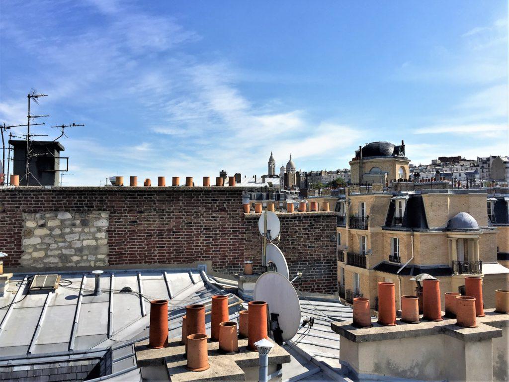パリのアパルトマンの屋根の上から見たサクレ・クール寺院