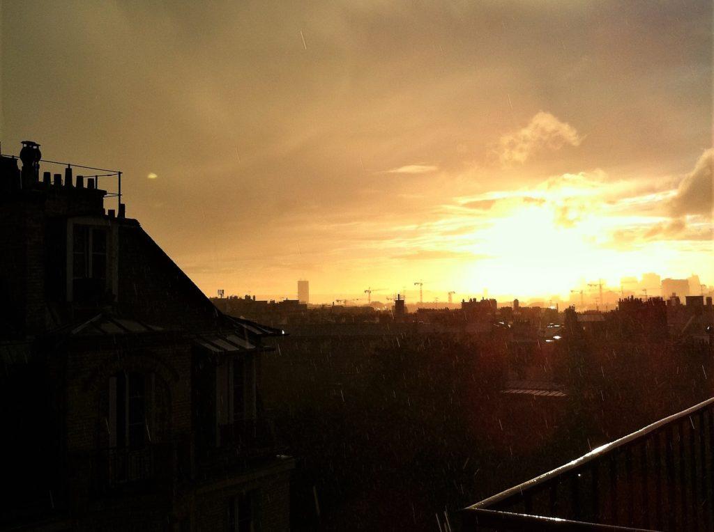 パリのアパルトマンから見た突然の雷雨直前の空