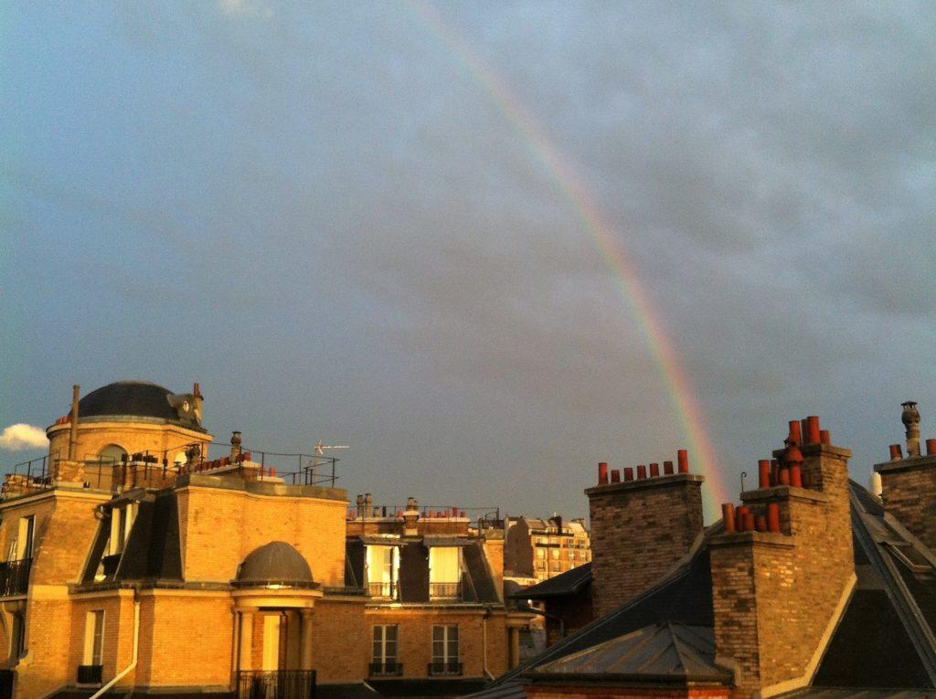 パリのアパルトマンから見た雨上がりの空に出た虹