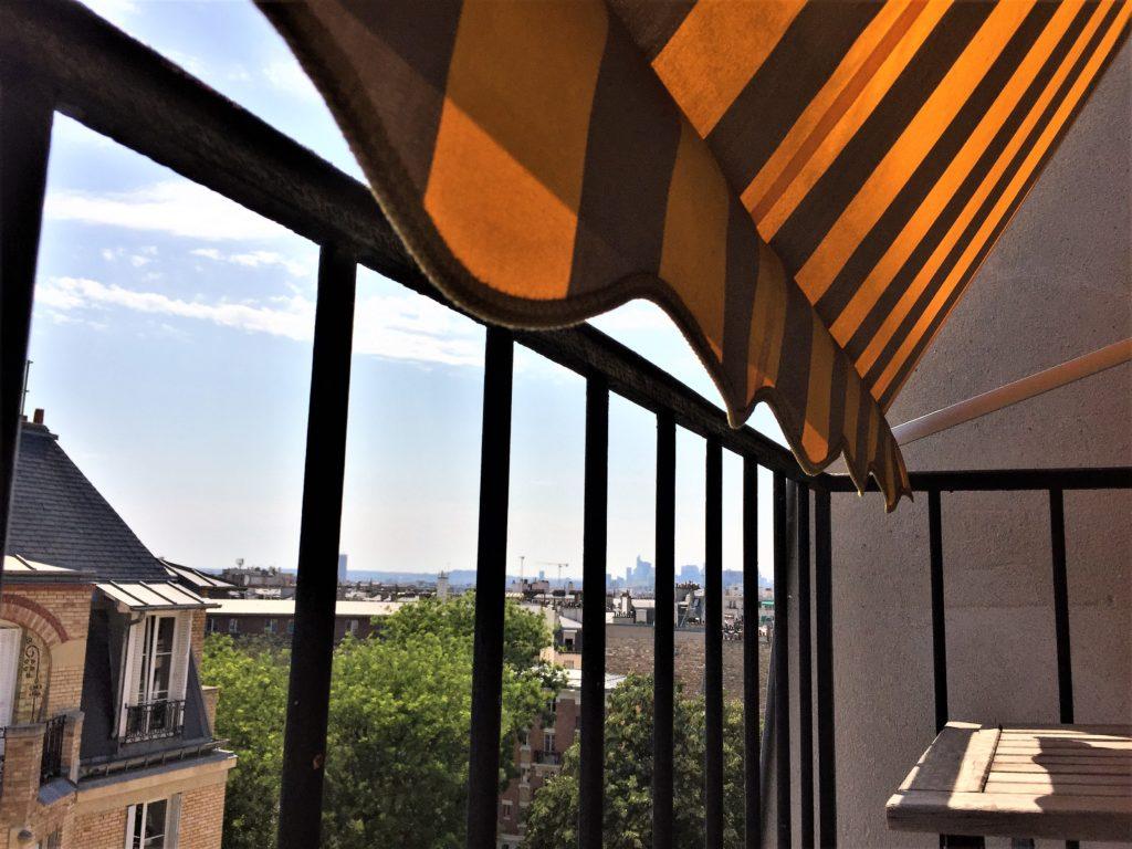 パリのアパルトマンのベランダに差し仕込む日差し