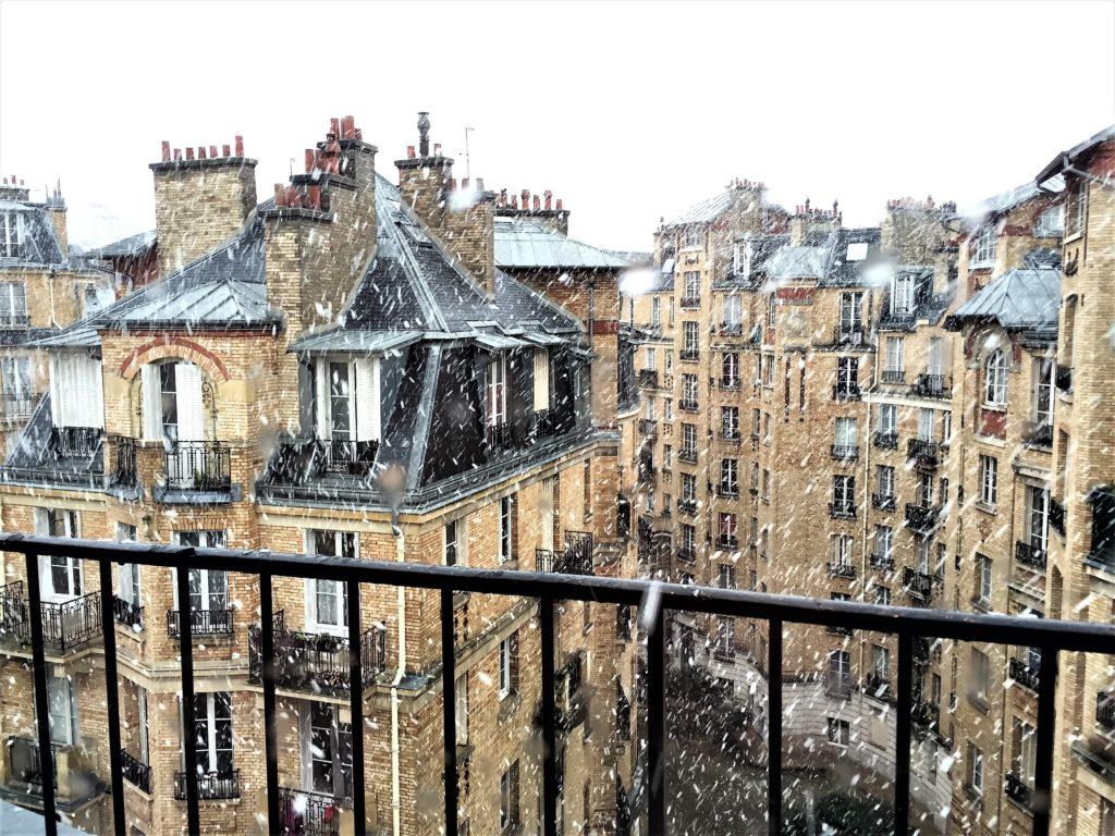 パリのアパルトマンから見た冬の雪