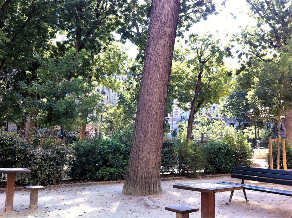 パリのアパルトマンの近くの木々に覆われた公園