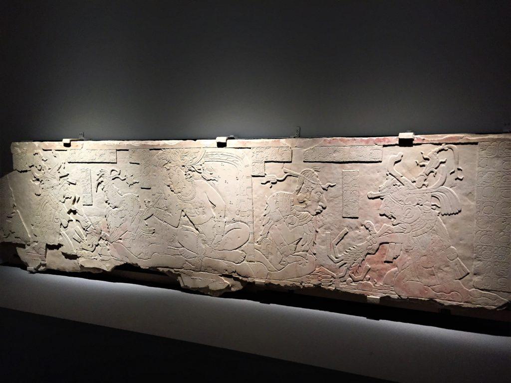 パリのケ・ブランリ美術館のレリーフ
