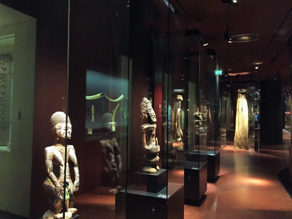 パリのケ・ブランリ美術館の内部