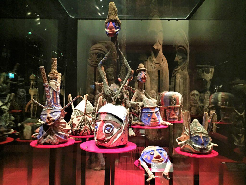 パリのケ・ブランリ美術館の展示