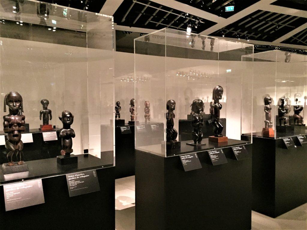 パリのケ・ブランリ美術館のアフリカの彫像