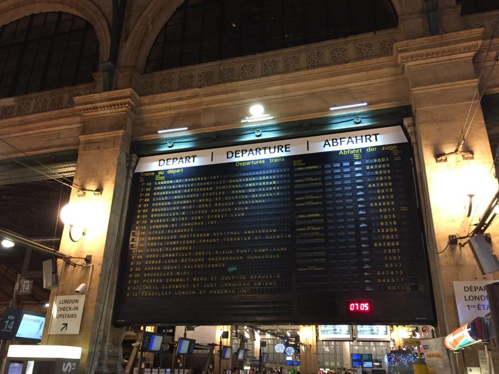 パリ北駅の発着案内板