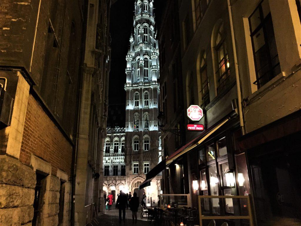 グラン=プラスのライトアップされた市庁舎の尖塔