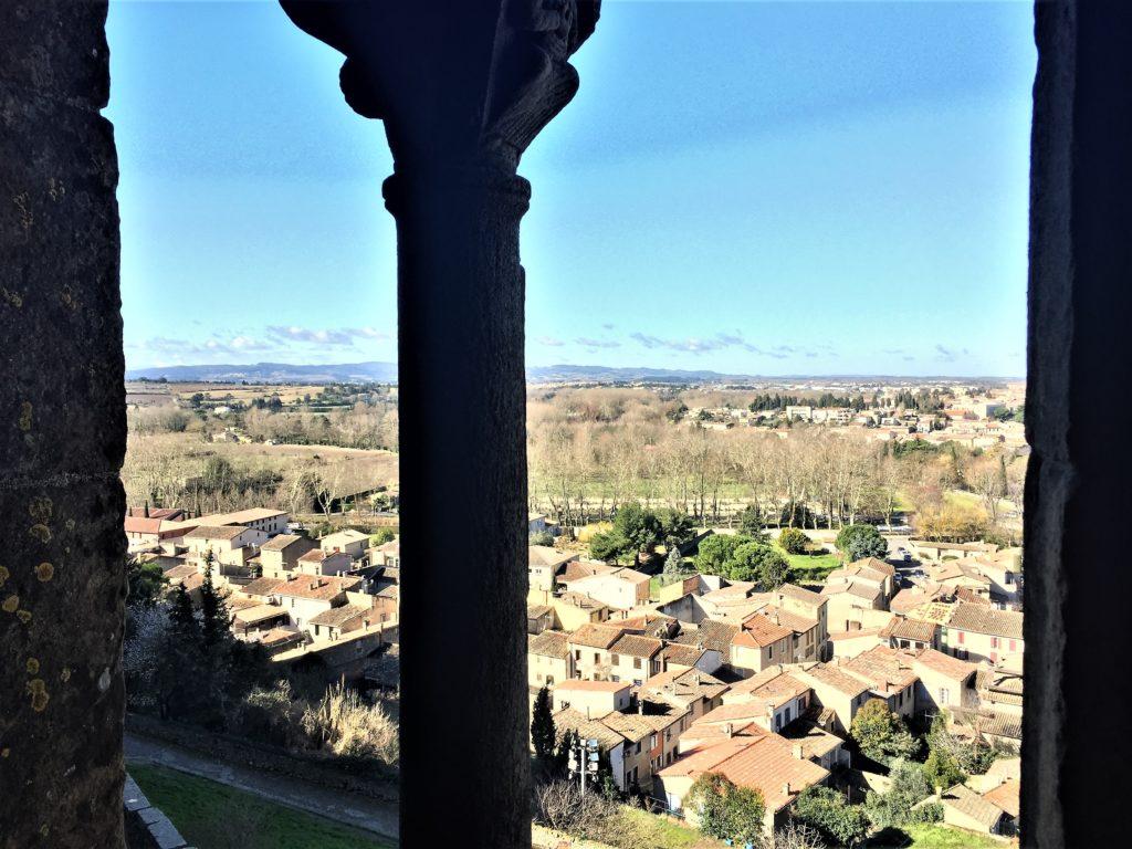 中世の柱越しに見るカルカソンヌの街並み