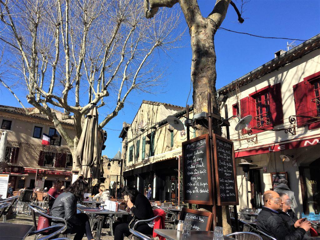 カルカソンヌの広場とカフェ