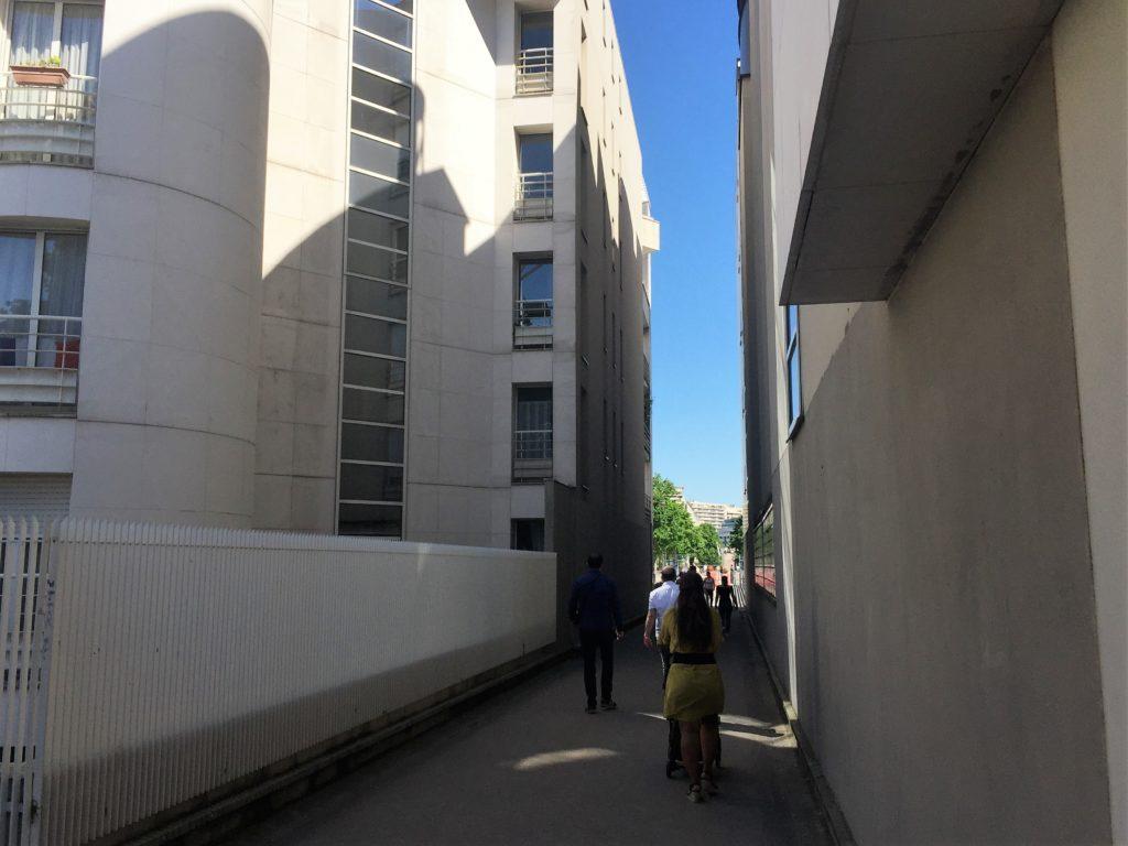 プロムナード・プランテの建物の間を通る散歩道