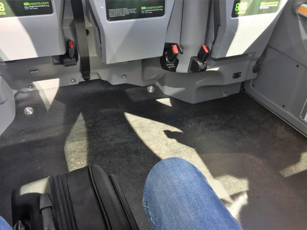 ロンドンのタクシーの車内の足元