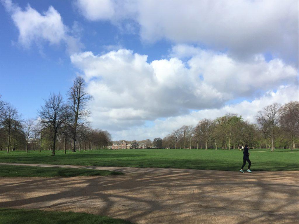 ロンドンのケンジントン公園から見たケンジントン宮殿