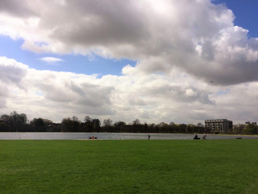 ロンドンのケンジントン公園の中の池