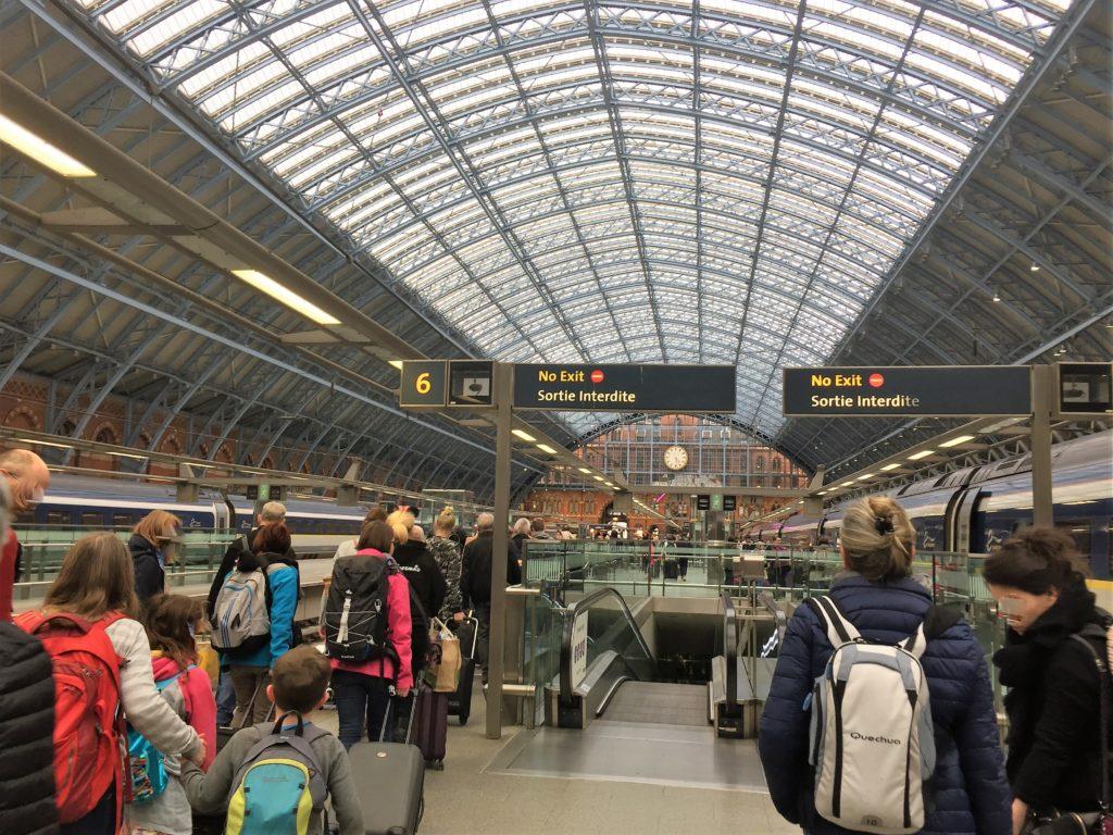 ロンドンのセント・パンクラス駅の到着ホーム