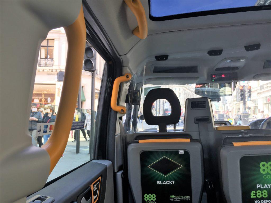ロンドンのタクシーの車内