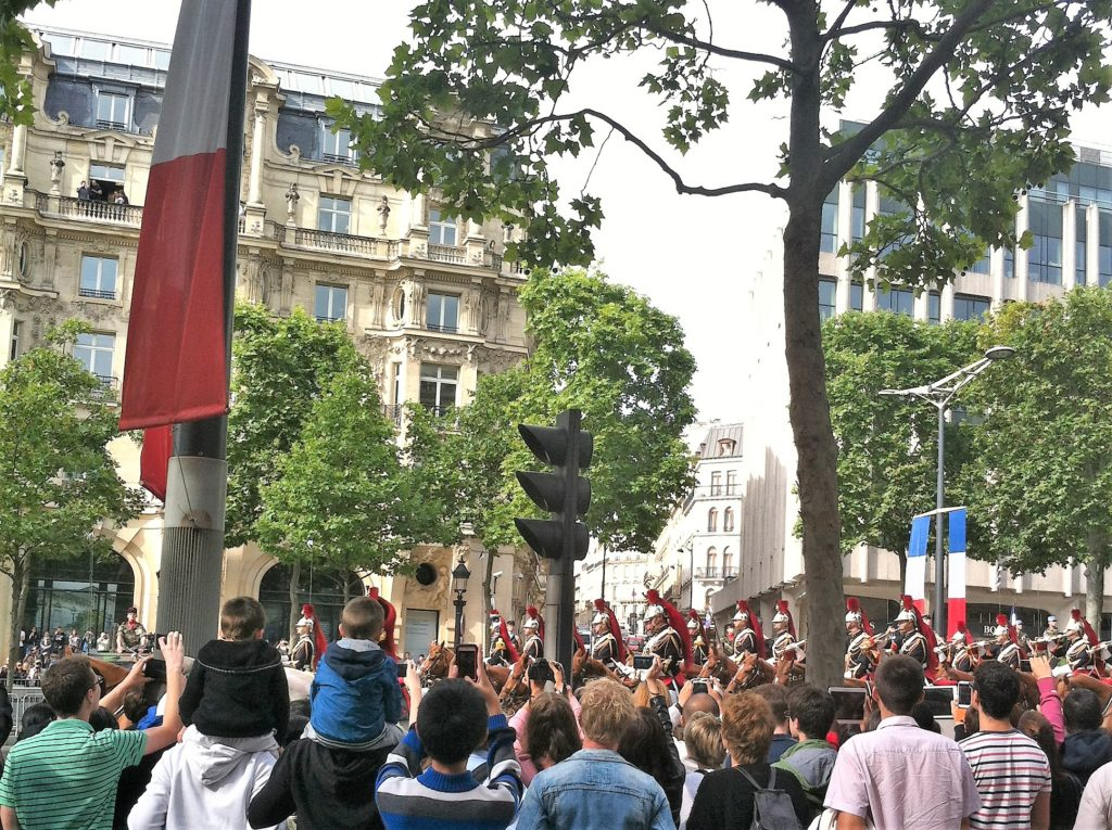 独立記念日のシャンゼリゼでのパレード