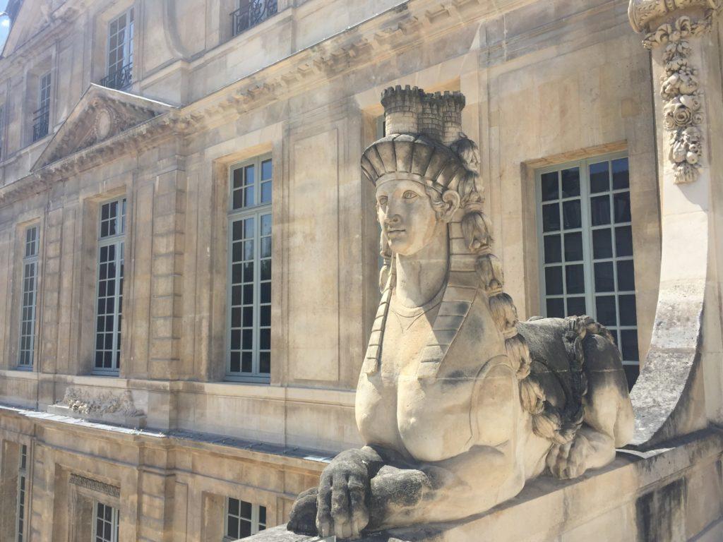 ピカソ美術館の屋根上にある彫刻