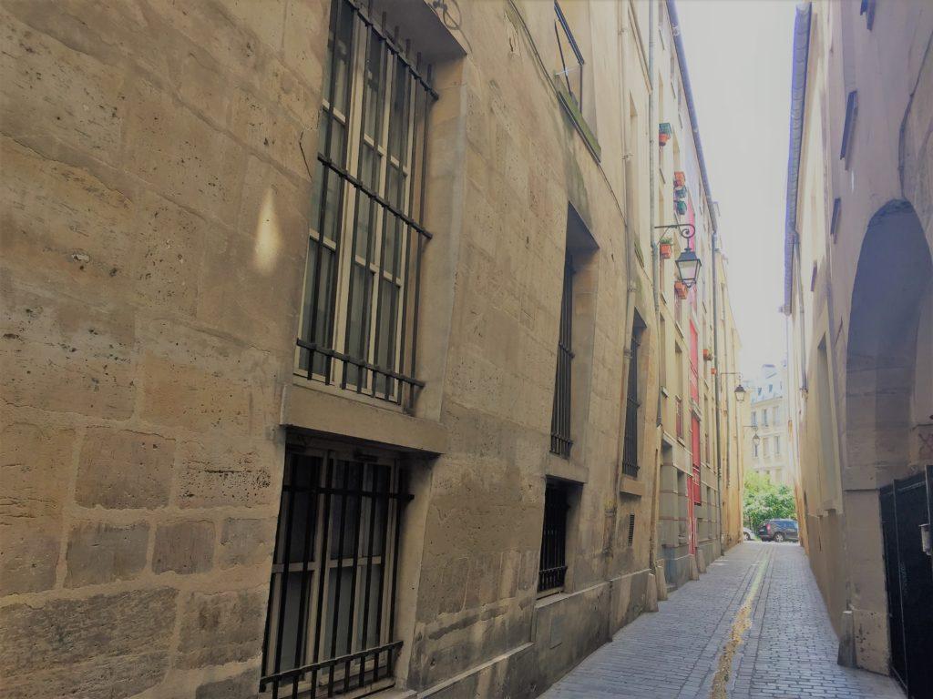 パリのマレ地区の路地