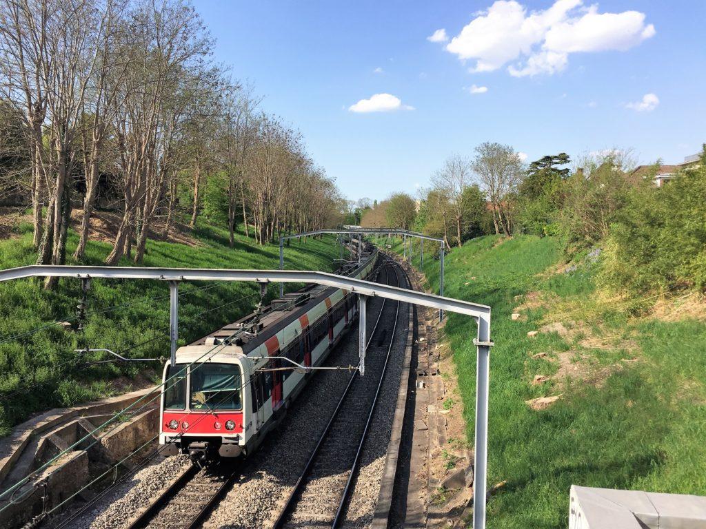 パリと郊外を結ぶ高速郊外列車