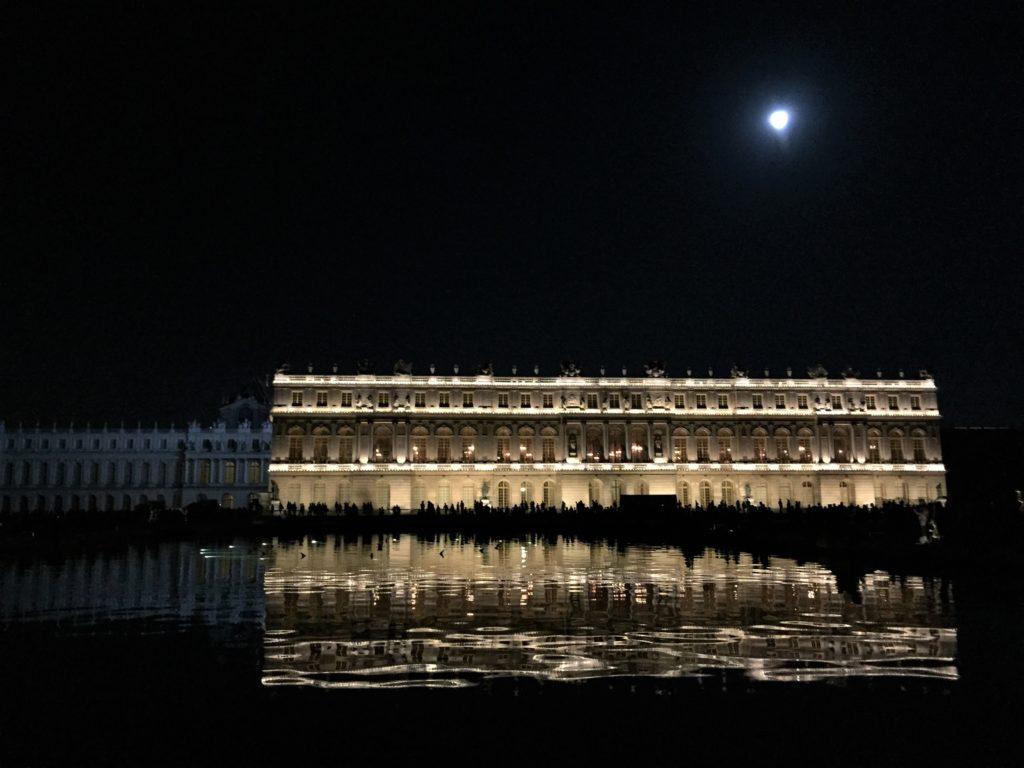 月明りと池に映るヴェルサイユ宮殿