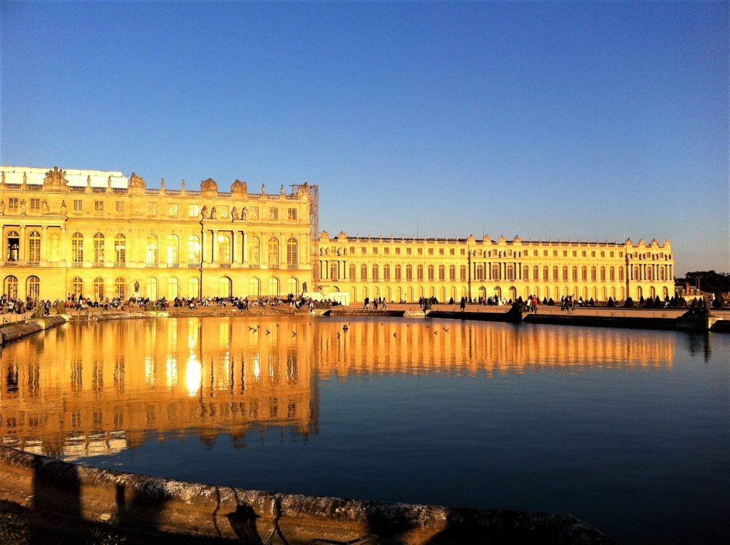 夕日に輝くヴェルサイユ宮殿