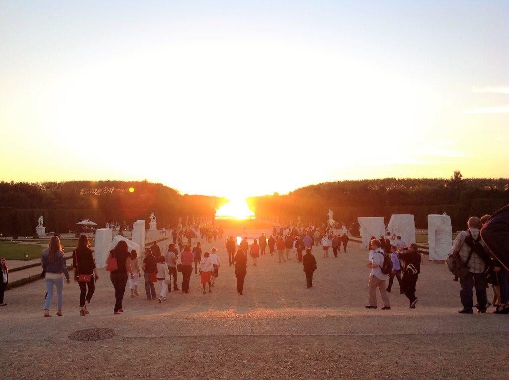 ヴェルサイユ宮殿の運河の向こうに沈む夕日