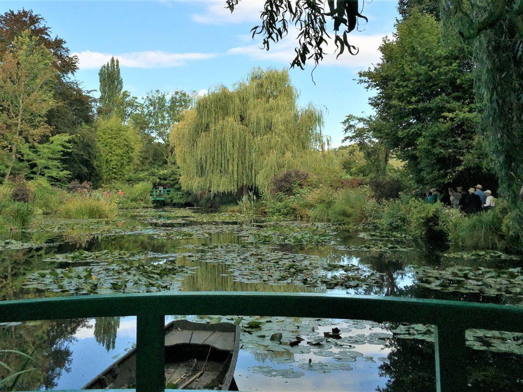 ジヴェルニーの太鼓橋の上からみた睡蓮の池