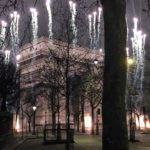 パリの凱旋門の年越しの花火