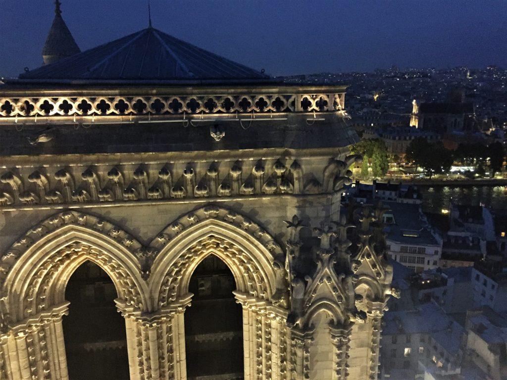 ノートルダム寺院の北塔越しに見るパリの夜景