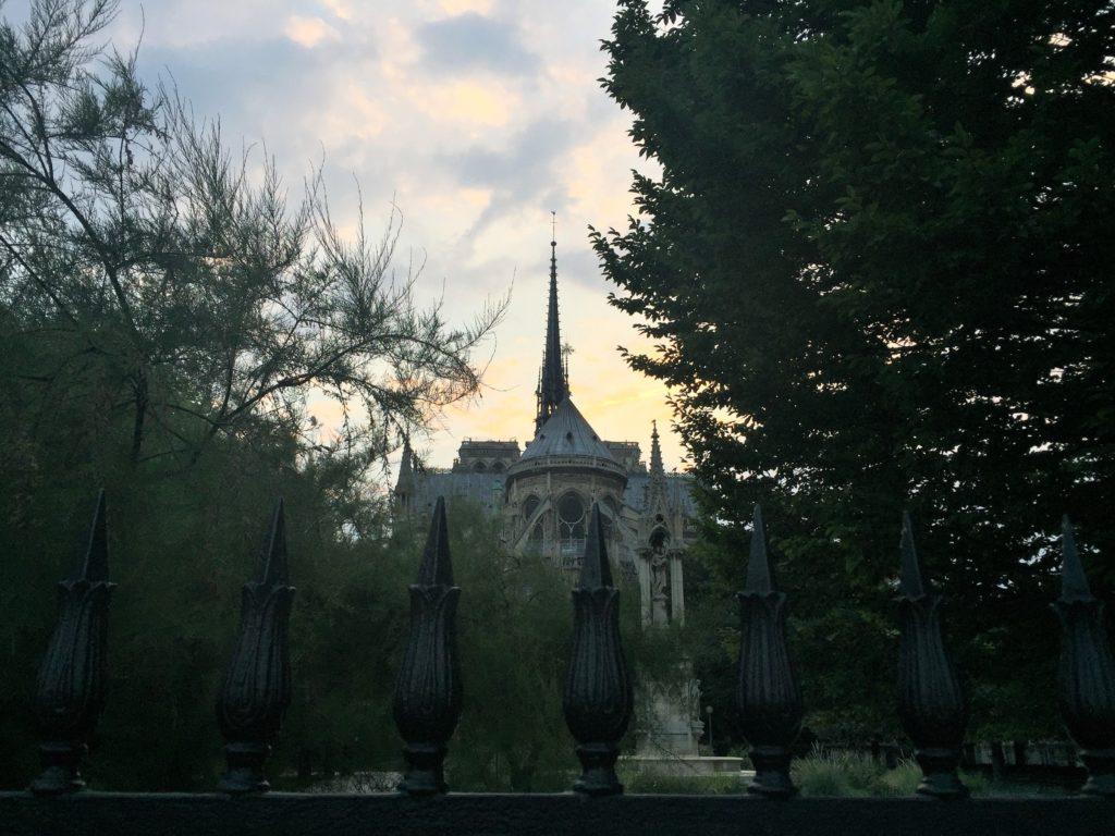 パリのノートルダム寺院の周り