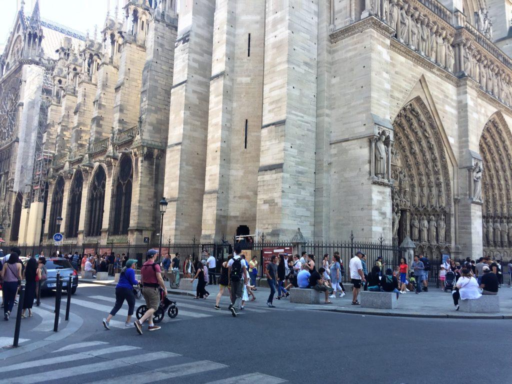 パリのノートルダム寺院の塔への入口