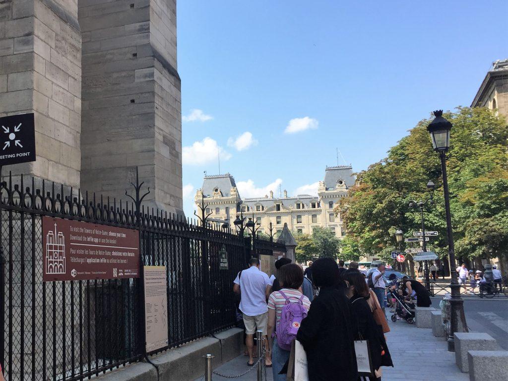 パリのノートルダム寺院の塔への入口の案内板