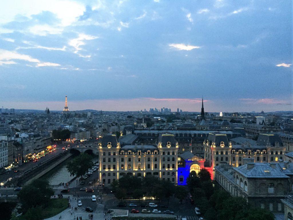 パリのノートルダム寺院の塔から見た夕暮れ時のパリの街並み