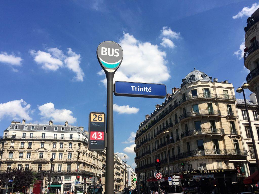 パリのトリニテのバス停