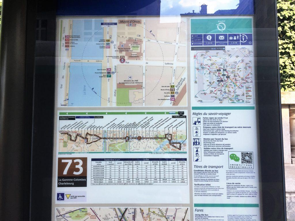 パリのバス停留所